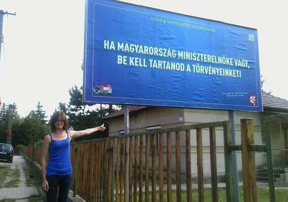 Elkezdtek megjelenni a Magyar Kétfarkú Kutya Párt és a Vastagbőr blog által készített óriásplakátok, amelyekkel válaszolni kívánnak a kormány által kihelyezett bevándorlás- és menekültellenes plakátokra. Az első hirdetéseket Felcsúton helyezték ki, de folyamatosan kerül ki az utcákra a további ötszáz plakát, amire 33,3 millió forintot kalapoztak össze.