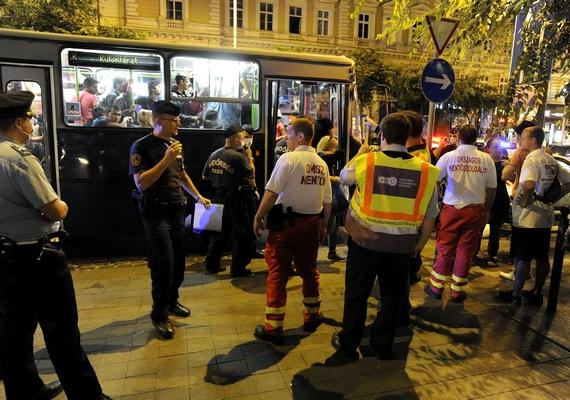 Rendőrök és mentők sorakoztak a bevándorlókat szállító autóbusz mellett Budapesten, a Nyugati pályaudvarnál, ahonnan 56 felnőttet és gyereket szállítottak el ismeretlen fertőzés miatt késő este. A hasmenésre panaszkodó betegeket és a velük érintkezőket is az Egyesített Szent László és Szent István Kórházba vitték kivizsgálásra.