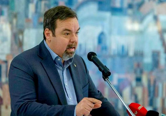 L. Simon László nevétől volt hangos a sajtó. A miniszterhelyettes borászata korábban csomagolt sárgabarackmagokat forgalmazott, a zacskón pedig feltüntette, hogy a termék rákellenes és méregtelenítő hatású, tisztítja a májat, valamint javítja a látást. Amikor kiderült, hogy ezeket az állításokat semmilyen formában nem bizonyították, és még Orbán Viktor is kérdőre vonta L. Simont, az letagadta, hogy piacra dobtak volna ilyesmit.