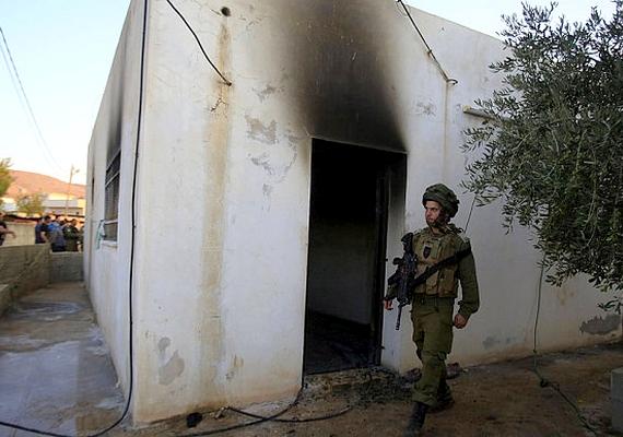 Életét vesztette egy csecsemő, amikor gyújtogatók felégették egy palesztin család házát Ciszjordániában. A család többi tagja is súlyosan megsérült, az elkövetők feltehetően zsidó telepesek voltak. Az izraeli védelmi miniszter terrorcselekménynek nyilvánította az ügyet.