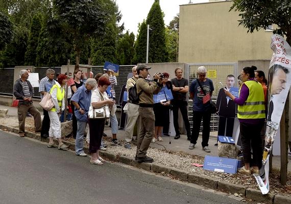 A brókerbotrány miatt tüntettek Rogán Antal lakásánál pénteken. A jelenlévők a Quaestor-törvény betartásáért és a teljes kárrendezésért tartottak demonstrációt a Fidesz-frakcióvezető otthonánál Budapesten.