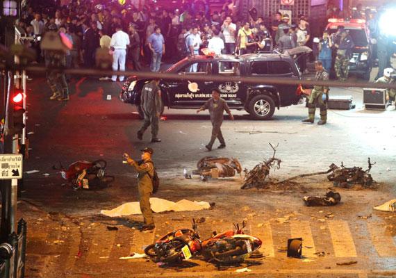 Óriási robbanás rázta meg Thaiföld fővárosát hétfő este. Bangkok egy olyan negyedében robbantottak terroristák, ahol rengeteg külföldi is megfordul. Az áldozatok száma már elérte a 30-at, és 100-nál is több embert ápolnak kórházban. Kedden aztán egy másik bomba is robbant, szintén turisták által gyakorta látogatott helyen, ám az szerencsére egy folyóba esett, így senki sem sérült meg. Egy videofelvétel alapján már tudni, ki lehet felelős a merényletekért.