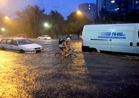 A hét elején alapos felhőszakadásokkal ért véget a kánikula. Budapest már hétfő kora este kapitulált, miután a teljes augusztusi csapadékmennyiség néhány óra alatt zúdult a városra. A katasztrófavédelem több ezer bejelentést kapott, kórházak, éttermek, lakások, pincék áztak be. A vihar rengeteg jelzőlámpát megrongált, a víz befolyt az aluljárókba, a BKK járatai a viharok ideje alatt esetlegesen tudtak csak közlekedni. Meteorológusok sem emlékeztek arra, mikor esett egyszerre annyi eső, mint e hét elején.