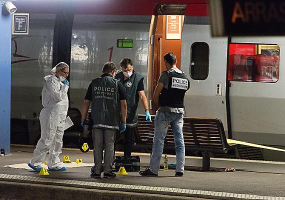 Amerikai tengerészgyalogosok szereltek le egy terroristát egy Amszterdam és Párizs közt közlekedő vonaton. Az Iszlám Állam terrorszervezettel szimpatizáló férfi egy gépfegyverrel kezdett lövöldözni a járaton, ahol többeket megsebesített. A civilben utazó katonák arra lettek figyelmesek, hogy a támadó a mosdóban tölti a fegyverét, ez pedig jellegzetes hangot adott. Csak ezen múlt, hogy nem történt tragédia. Később kiderült, hogy a támadót már a spanyol titkosszolgálat is figyelte.