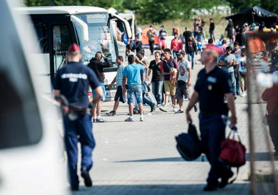 Elérte a magyar határt az a több ezer menekült, akiket még a görög-macedón határon tartóztattak fel. Az összezsúfolódott menekültek ott áttörték a kordont, és Magyarországon keresztül nyugat felé vették az irányt. A rengeteg újonnan érkező menekülttel láthatóan nem bírtak a magyar hatóságok, és feltehetően emiatt Röszkén könnygázzal kellett oszlatni az ügyintézéssel elégedetlen embereket. Szerdán rekordszámú, közel háromezer menekült érkezett az országba.