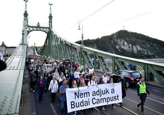Meg sem várva a rektori konferencia döntését, bejelentette Balog Zoltán, hogy a Budapesti Corvinus Egyetem három budai karát a Szent István Egyetemhez csatolják. A tervezet már korábban nyilvánosságra került, ezért több tüntetést is szerveztek az elcsatolás ellen küzdő hallgatók és oktatók. Az ellenzők szerint a gödöllői intézmény később eladná az érintett karok értékes budai telkeit, ráadásul sokaknak az sem tetszik, hogy bár a Corvinuson kezdték a főiskolát, a Szent István Egyetem által kiállított diplomát kapnak.