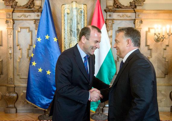 Orbán Viktor pénteken fogadta Manfred Weberert, az Európai Néppárt - ide tartozik a Fidesz is - frakcióvezetőjét. A bajor politikussal természetesen a menekültkérdésről tárgyaltak, és sajtótájékoztatójukon is csak ez volt a téma. Orbán szerint a hazánkba érkező menekültek - ő illegális bevándorlónak nevezte őket - lázadnak, de a hazai rendőrökről elismerően szólt. Mindkét politikus egyetértett abban, hogy attól, hogy a görögök nem tartják be a schengeni szabályokat - tehát nem regisztrálják a menekülteket -, Magyarország ezt nem engedheti meg magának. Orbán azt is mondta, hogy európai határőröket kellene küldeni Görögországba.