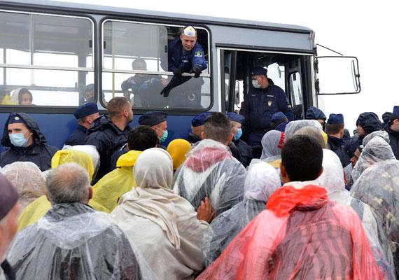 Továbbra is a magyarországi menekülthelyzet volt a hazai és a nemzetközi sajtó fókuszában. Röszkén egész héten tömegjelenetek zajlottak le, ami nem is csoda, csak szerdán 3011 ember lépt át a szerb határt, ami rekord. A menekültek többször kitörtek a rendőrsorfal szorításából, de egyelőre komolyabban senki sem sérült meg. Közben csütörtökre nagyjából 2000 ember gyűlt ismét össze a Keleti pályaudvarnál.