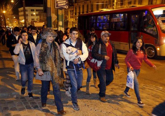 A Richter-skála szerinti 8,3-es erejű földrengés rázta meg Chile fővárosát szerda éjjel. Santiagóból egymillió embert evakuáltak a földmozgás után, mivel attól tartottak, hogy szökőár követi a rengéseket. A környéken több part menti településen is komoly árvizeket okozott a szökőár. A katasztrófában legalább tizenegyen meghaltak. A rengést még az 1400 kilométerre lévő Buenos Airesben is érezték, sőt Alaszka partjainál is nagyobb hullámokat észleltek. Öt éve egy hasonló erejű földrengésben 500 ember halt meg.
