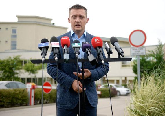 Velencén tanácskoztak a héten a kormány és a Fidesz-frakció tagjai. Rogán Antal eddigi frakcióvezető maga jelentette be, hogy október 1-től Orbán Viktor kabinetjének vezetője lesz. Rogán helyére nem sokkal később megtalálták az utódot Kósa Lajos személyében. Lázár János, a Miniszterelnökséget vezető miniszter korábban már többször megemlítette, hogy a lemondása is szóba jöhet, amennyiben Rogán megkapja a kinevezést. Lázár és Rogán feladatköre több ponton is ütközhet, ez nem tetszhet a miniszternek.