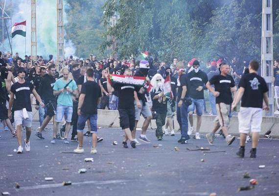 A rendőrség vízágyút és könnygázt is bevetett a több száz rendbontó ellen, akik a magyar-román meccs előtt és után is törrek-zúztak Budapesten. A meccsre készülő rendbontók már délután megtámadták a menekülteket a Keleti pályaudvaron, később azonban már nem tudtam eljutni az állomásig. Csütörtök éjszaka pánik tört ki a Deák tér környékén, miután maszkos ismeretlenek petárdákat dobáltak és autókat rongáltak meg.