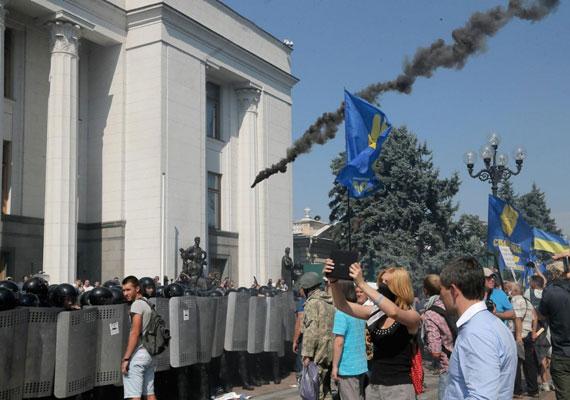 Súlyos összecsapások törtek ki a kijevi parlament épülete előtt hétfőn, amikor bent arról szavaztak a képviselők, hogy nagyobb önállóságot kapjanak a keleti, harcok sújtotta megyék. A szélsőjobboldali szervezetek demonstrációján valaki egy kézigránátot dobott a rendőrök sorfala mögé. A robbantásban három rendőr életét vesztette. Az összecsapásokban 120-nál is többen sérültek meg.