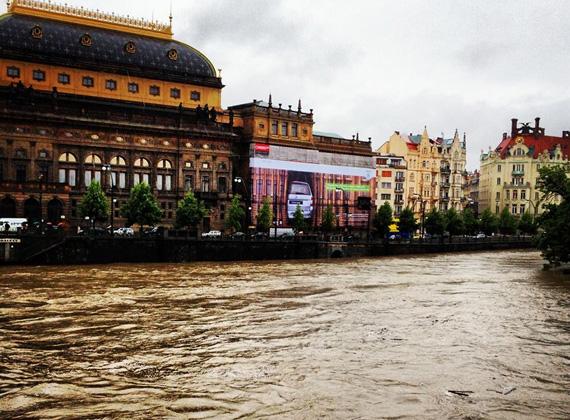 A hét katasztrófahelyzettel kezdődött Európában, ami a dunai áradást illeti. Magyarországon még mindig árad, azóta Csehországban, ahol az egyik legnagyobb pusztítást végezte, a hét végén elkezdett apadni.