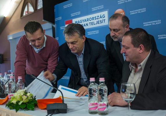 A kormánypártok kampányindító frakcióülésére pénteken került sor. A Fidesz frakcióvezetője, Rogán Antal közölte, hogy a harmadik rezsicsökkentéssel elsőként, még a tavasszal a gáz ára csökkenhet, a villamos energia és a távhő pedig valószínűleg később, de még idén, két eltérő időpontban lesz olcsóbb.