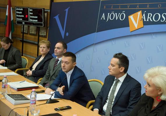 Az V. kerületi önkormányzat szerdán jelentős többséggel megadta a tulajdonosi hozzájárulást az 1944-es német megszállás 70. évfordulójára készülő emlékműhöz. Orbán Viktor miniszterelnök a Magyarországi Zsidó Hitközségek Szövetsége vezetőinek címzett nyílt levelében azt írta, hogy az emlékmű főhajtás az áldozatok előtt, és nem politikai nézetek vagy pártállás kérdése. A budapesti német nagykövetség hiányolta a széles körű egyeztetést, de hozzátette: a felelősség a magyar kormányé. Több párt és civilek továbbra is ellenzik az emlékművet.