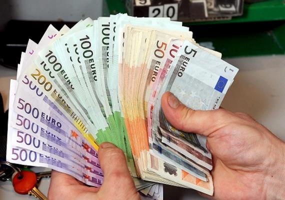 Január 24-én, pénteken délelőtt folytatódott a forint esése, így az euró jegyzései 307 felé közelítenek, és a fejlett részvénypiacokon is esés mutatkozik. A dollár kurzusa 223,5 körül, a svájci franké 249 közelében ingadozik.