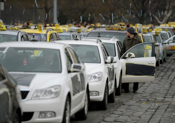 A GPS-alapú megrendeléselosztó rendszer bevezetése ellen tiltakoztak a taxisok január 23-án, csütörtökön Budapesten, a Hősök terén.
