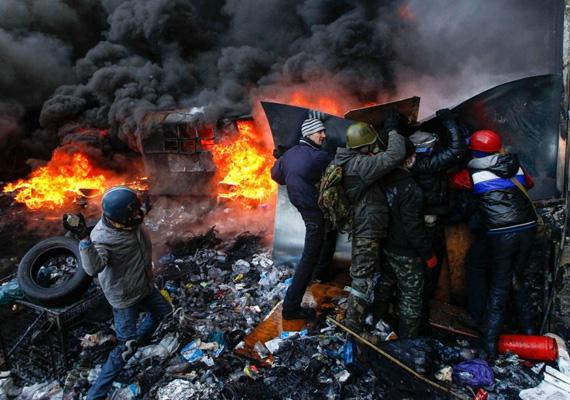 Egyre brutálisabbak az összecsapások Ukrajnában, több halottról és rengeteg sebesültről érkeztek hírek. A tüntetők csütörtökön elfoglalták a Lemberg megyei állami közigazgatási hivatal épületét és lemondásra kényszerítették a megye kormányzóját. Az ellenzéki vezetők előrehozott választások kiírását, a kormány lemondását és a tüntetéseket ellehetetlenítő törvények visszavonását követelték.