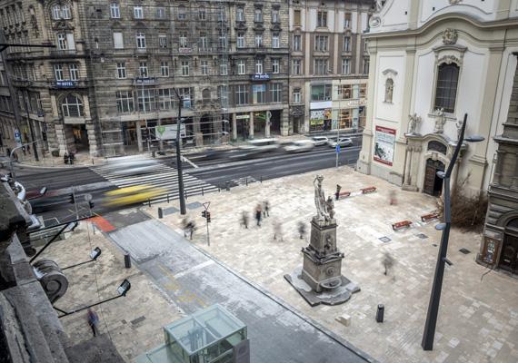A felújított Ferenciek tere 2014. január 30-án. A tér átalakítása után újra teljes hosszában járható az V. kerületi Petőfi Sándor utca.
