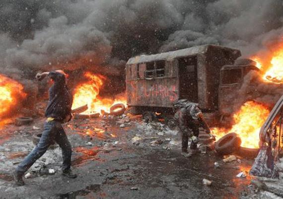 Az ukrán hadsereg és a védelmi minisztérium szerint az országban kialakult szembenállás veszélyezteti Ukrajna területi egységét, ezért felszólították Viktor Janukovics elnököt, hogy tegyen sürgős lépéseket a helyzet stabilizálására. Február 2-án, vasárnap adta hírül az ukrán média, hogy elrabolták és összeverték Nyikita Perfiljev független orosz újságírót és operatőrét a hét végén Kijevben.