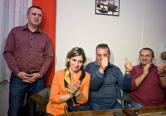 A múlt vasárnap megismételt választásokat követően újra a fideszes Kovács Csaba, a képen bal oldalt, nyerte az egyéni választókerületi önkormányzatiképviselő-választást Baján. Előkerült egy felvétel, mely szerint lefizették a szavazókat, de ezt sokan megrendezettnek tartják.