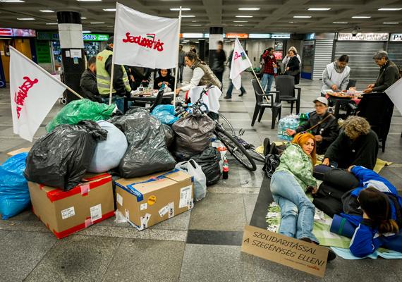 A szegénység elleni világnap alkalmából gyűjtöttek adományokat a Szolidaritás mozgalom aktivistái október 17-én a Blaha Lujza téri aluljáróban.