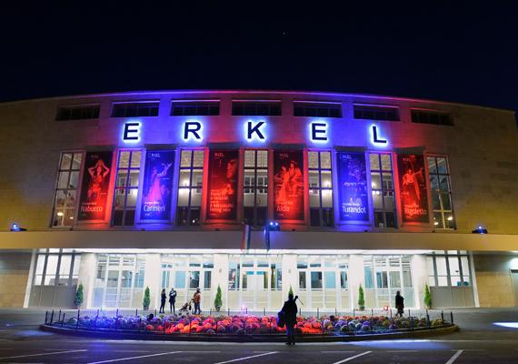 Erkel Ferenc születésének évfordulóján, a magyar opera napján a zeneszerző által komponált Himnusz eredeti változatának hangjaival csütörtökön megnyílt a csaknem 2 milliárd forint ráfordítással megújult Erkel Színház.