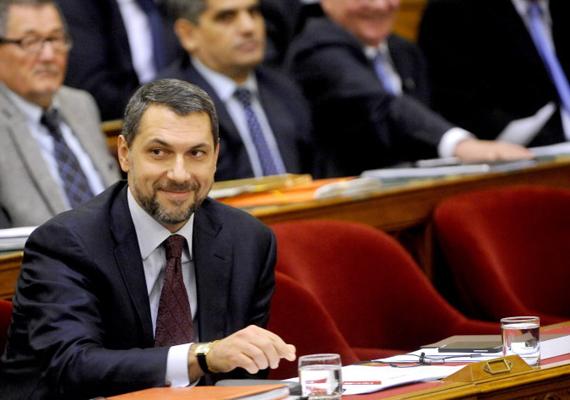 A Miniszterelnökséget vezető államtitkár, Lázár János hétfőn bejelentette, hogy a kormány február 28-ig minden magyar település hátramaradt adósságát átvállalja, összesen mintegy 420 milliárd forint értékben.