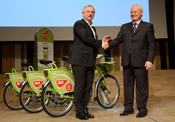 Hernádi Zsolt, a Mol-csoport elnök-vezérigazgatója és Tarlós István főpolgármesterrel bemutatja a közösségi kölcsönbiciklik rendszerét november 6-án, szerdán.
