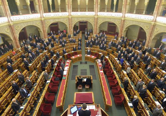 A parlament eltörölte az előzetes letartóztatás időtartamának eddig négyéves felső korlátját a kiemelkedő súlyú, legalább 15 évig terjedő vagy életfogytig tartó szabadságvesztéssel büntetendő bűncselekményeknél.A büntetőeljárási törvény módosítását a Fidesz-KDNP és a Jobbik-frakció támogatta a hétfői szavazáson.