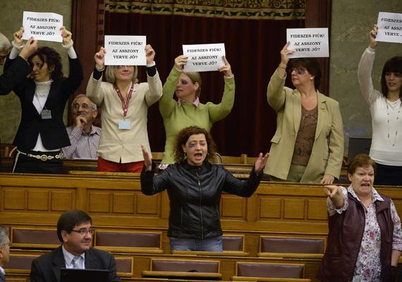 A Demokratikus Koalíció demonstrációja a parlamentben hétfőn, amiért Vadai Ágnes és Szűcs Erika a legmagasabb büntetést, 130 ezer forintos tiszteletdíj-csökkentést kaptak Kövér László házelnöktől.