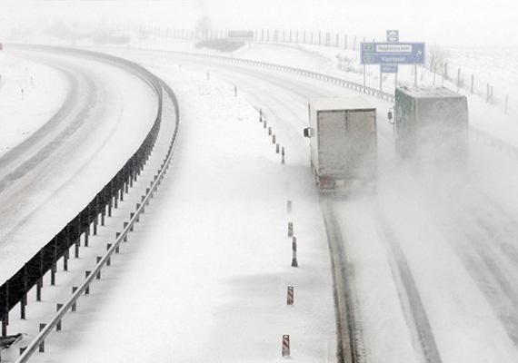 Három ember életét vesztette az egy napja tartó erős havazás miatti balesetekben Franciaország középső részén. Előrejelzések szerint jövő hétre már Magyarországra is megérkezhet a hó.