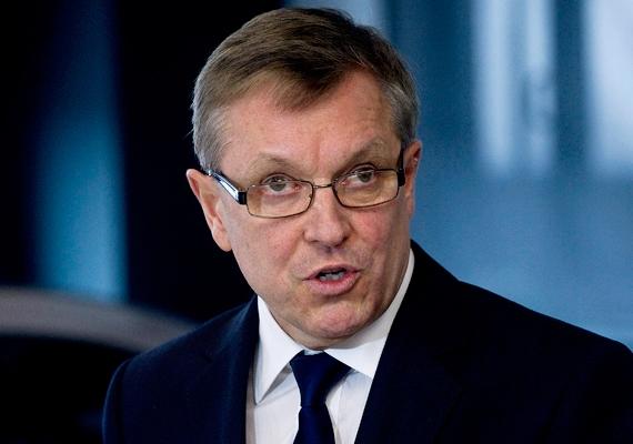 -Felszólítom a négy nagy hitelminősítőt, kezdjék meg Magyarországgal a felminősítésről szóló tárgyalásokat - mondta Matolcsy György a Napi.hu gazdasági hírportál fórumán, ahol Olli Rehnt felszólította lemondásra, mert szerinte hibázott, az EU rossz gazdaságpolitikát folytatott. AzEKB szóvivője reakciójában cáfolt mindent, amit a magyarjegybankelnök mondott.