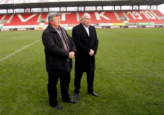 A kormány 4,5 milliárd forintot fordít a diósgyőri stadion újjáépítésére, jóval többet a korábban tervezettnél - jelentette be Kriza Ákos, Miskolc polgármestere - Fidesz-KDNP - csütörtökön a helyszínen tartott rendkívüli sajtótájékoztatóján.