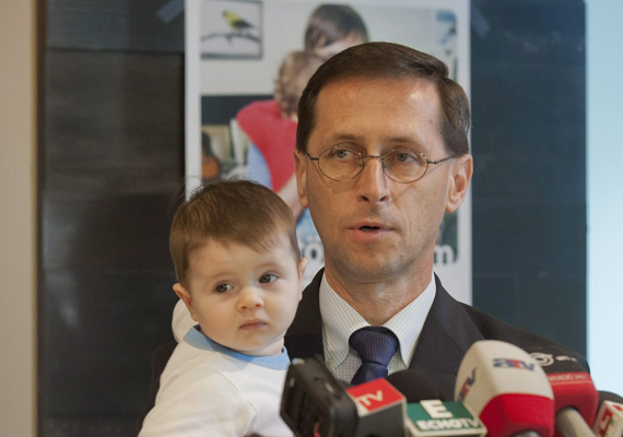 A nemzetgazdasági miniszter, Varga Mihály a kisbabájával tart sajtótájékoztatót a megújult babakötvényről.Az eseményen a miniszter az elsők között nyitott startszámlát, illetve vásárolt az új állampapírokból.