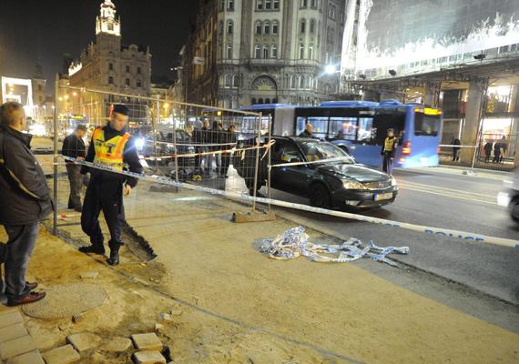 Hétfőn a rendőrség lezárta a Ferenciek terét, mivel a Terrorelhárítási Központ egyik munkatársát véletlen lövés érte egyik kollégájának fegyveréből. A sérült kórházba került.