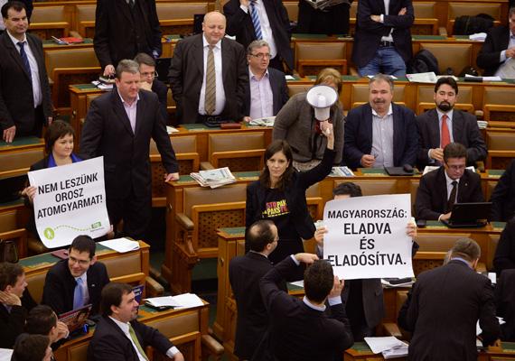 Csütörtökön a parlament a paksi atomerőmű bővítésének megszavazásától volt hangos. Szó szerint, ugyanis az LMP-s Szél Bernadett, Schiffer András és Lengyel Szilvia hangosbemondóval tiltakoztak az oroszokkal való megállapodás ellen. Kövér László házelnök a legmagasabb büntetést szabta ki a képviselőkre.