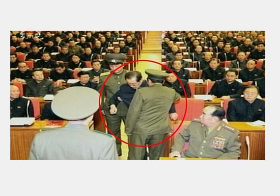 A héten csütörtökön kivégezték az Észak-koreai vezető, Kim Dzsong Un nagybátyját, Csang Szongtheket. Miután a katonai bíróság árulónak nyilvánította, hétfőn hivatalosan is megfosztották minden tisztségétől, és végül kivégezték.