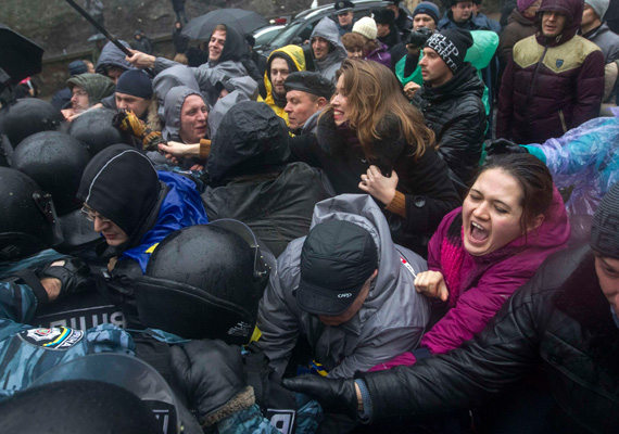 Ukrajnában a kormányellenes tüntetések még mindig zajlanak. Péntek délelőtt hétezer tüntető gyűlt össze a Függetlenség terén. Eközben a hétvégén ellentüntetésre készültek.