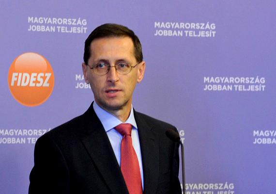 Pénteken írta alá a nemzetgazdasági miniszter, Varga Mihály, az Eximbank vezérigazgatója, Nátrán Roland és az Európai Beruházási Bank alelnöke, Baranyay László azokat a szerződéseket, amelyek újabb hitelt biztosítanak a magyar államnak. Az EIB az államigazgatás modernizálása és a kkv-k exportjának támogatására az államnak 50 millió eurót, az Eximbank számára pedig 100 millió eurós keretet nyújt.