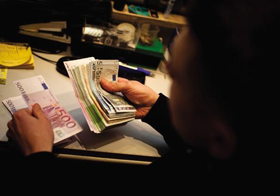 A Kúria polgári kollégiuma jogegységi határozatában fejtette ki december 16-án, hétfőn, hogy a devizaalapú kölcsönszerződés önmagában az adóst terhelő árfolyamkockázat miatt nem ütközik jogszabályba. Ezen szerződések értelmében az adós devizában adósodott el, amiből ő viseli az árfolyamváltozás hatásait. A bankoknak pedig tájékoztatni kell az ügyfeleket az árfolyamváltozás lehetőségéről és arról, hogy annak milyen hatása van a törlesztőrészletekre.