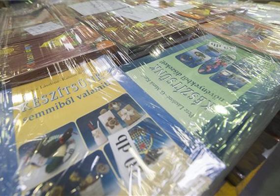 A Fidesz a hét elején bejelentette, hogy támogatja az ingyenes tankönyvellátás alapját. Az üggyel kapcsolatban Rogán Antal elmondta, hogy egy jó minőségű oktatásnak az is feltétele, hogy mindenhol azonos tudásanyag alapján, azonos feltételekkel juthassanak hozzá a tanulók az ismeretekhez. Ezzel a kormány államosította a tankönyvpiacot, így 2014. január 1-jétől megszűnik a piaci elvekre épülő tankönyvellátás.