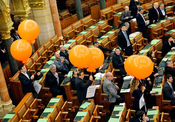 Az Együtt-PM politikusai narancssárga lufikat készülnek eregetni február 13-án, csütörtökön a parlamentben. Ezen a napon volt a 2010-2014-es kormányzati ciklus utolsó ülése. Pokorni Zoltánnak vagy Lendvai Ildikónak végleg az utolsó ülése volt a csütörtöki.