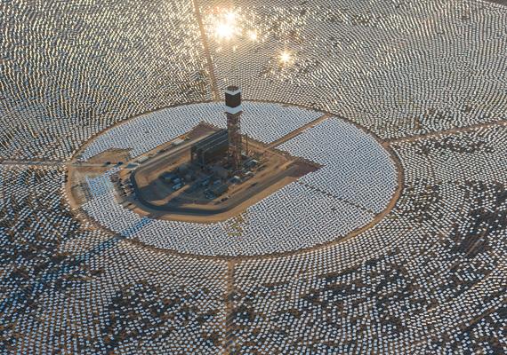 Hivatalosan is megkezdte a működést a világ legnagyobb naperőműve, a kaliforniai Ivanpah Solar Electric Generating System. A Nap fényét háromszázezer, egyenként is számítógép-vezérelt, két méter magas és három méter széles tükör vetíti rá a három, egyenként 137 méteres torony egyikére.