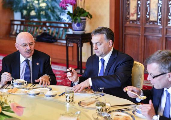 A magyar miniszterelnök, Orbán Viktor a hetet Kínában töltötte, Martonyi Jánossal, Matolcsy Györggyel, Varga Mihállyal, Balog Zoltánnal és Szijjártó Péterrel. A kínai miniszterelnök, Li Ko-csiang és Orbán is a két ország közös együttműködéséről beszélt.
