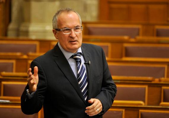 A héten Simon Gábor a múlt heti vagyonnyilatkozati botránya után lemondott a képviselői mandátumáról. Ez a hét az MSZP-s politikusnak is az utolsó volt a parlamentben.