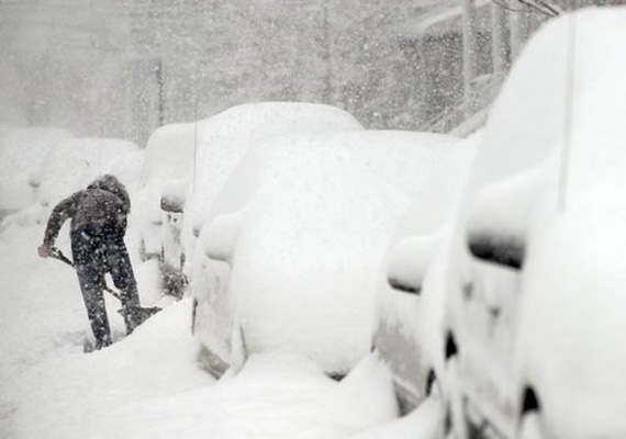Amíg Magyarországon folyamatos az enyhe időjárás, Amerikában a havazás és a kemény hideg még mindig próbára teszi az embereket.