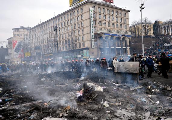 Az ukrán kormányellenes tüntetők és rendőrök közötti harc közben sokan életüket vesztették. Péntek délben Viktor Janukovics ukrán elnök bejelentette, hogy enged a tüntetőknek: előrehozott választásokat ígért, sőt, beleegyezett egy nemzeti egységkormány megalakításába és az elnöki jogkör korlátozásába is, de lemondani nem akart. Végül szombaton leváltották, ő pedig elmenekült az országból. Olvasd el korábbi cikkünket! »