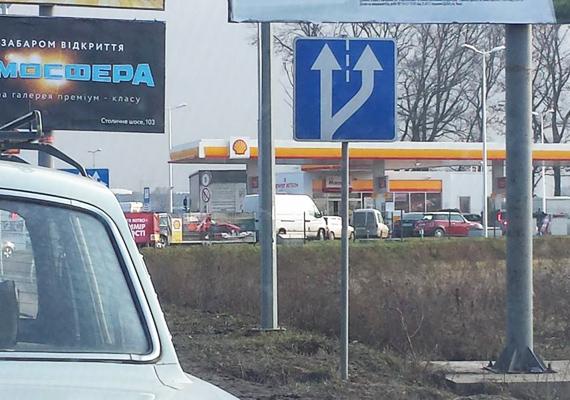 Ez a fotó is az ukrán fővárosban készült. A benzinkutakat csütörtök délután egytől egyig lezárták, hosszan kígyózó kocsisorok vártak a töltőállomásokon, hogy üzemanyaghoz jussanak. Cikkünkben részletesebben olvashatsz erről »