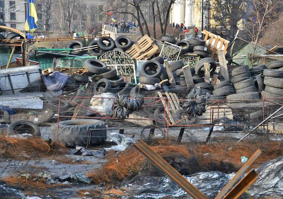 A kijevi összecsapások után az ukrán főváros egészen szomorúan fest: sok épület kiégett, az utcákon hegyekben állnak a szemétből, deszkákból és gumiabroncsokból épült barikádok, és rengeteg virágot helyeztek el az áldozatok emlékére. Korábbi cikkünkben több képet is megnézhetsz a mostani helyzetről! »